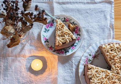 Gâteau de fête à la mousse au chocolat et au caramel