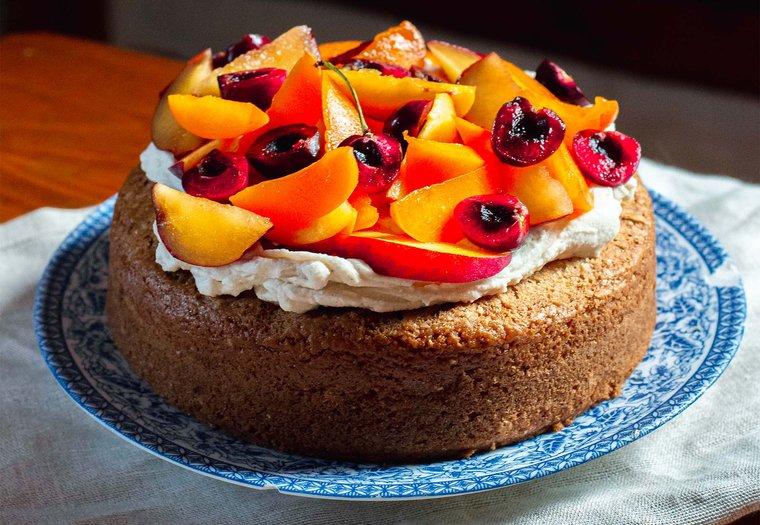 Gâteau simple végane et fruits d'été