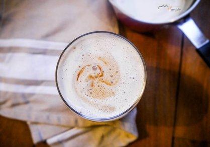 Latte vegan au caramel et crème montée