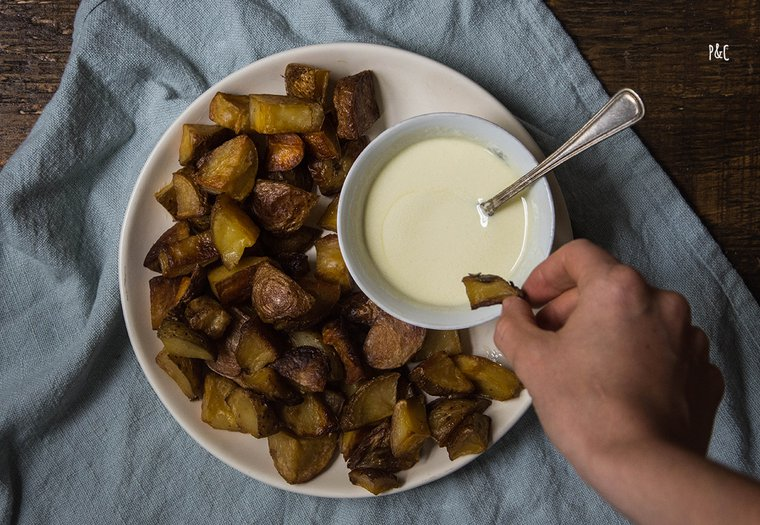 Mayonnaise végane à l'ail & patates rôties