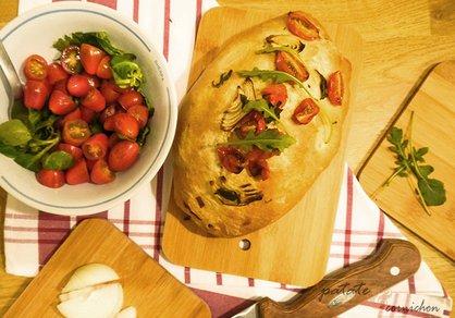 Pain surprise aux oignons, tomates et basilic