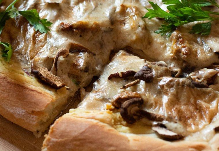 Pizza blanche végane aux champignon et incroyable fromage prêt en 5 minutes