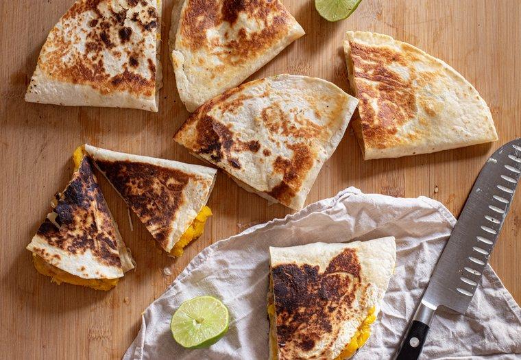 Quesadillas à la courge, saucisse et fromage fondu véganes