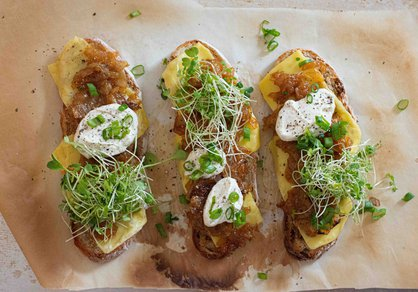 Tartines au four aux oignons caramélisés