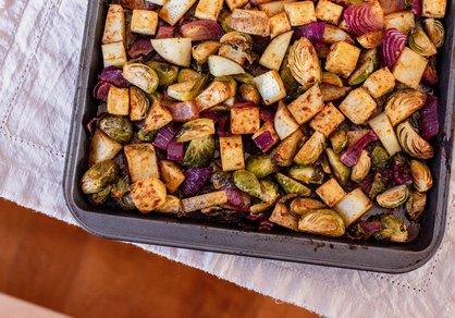 Tofu à la jerk sur une plaque, patates et choux de Bruxelles